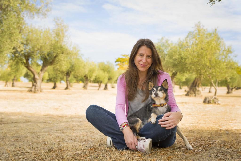 Olga con su mascota Scooby