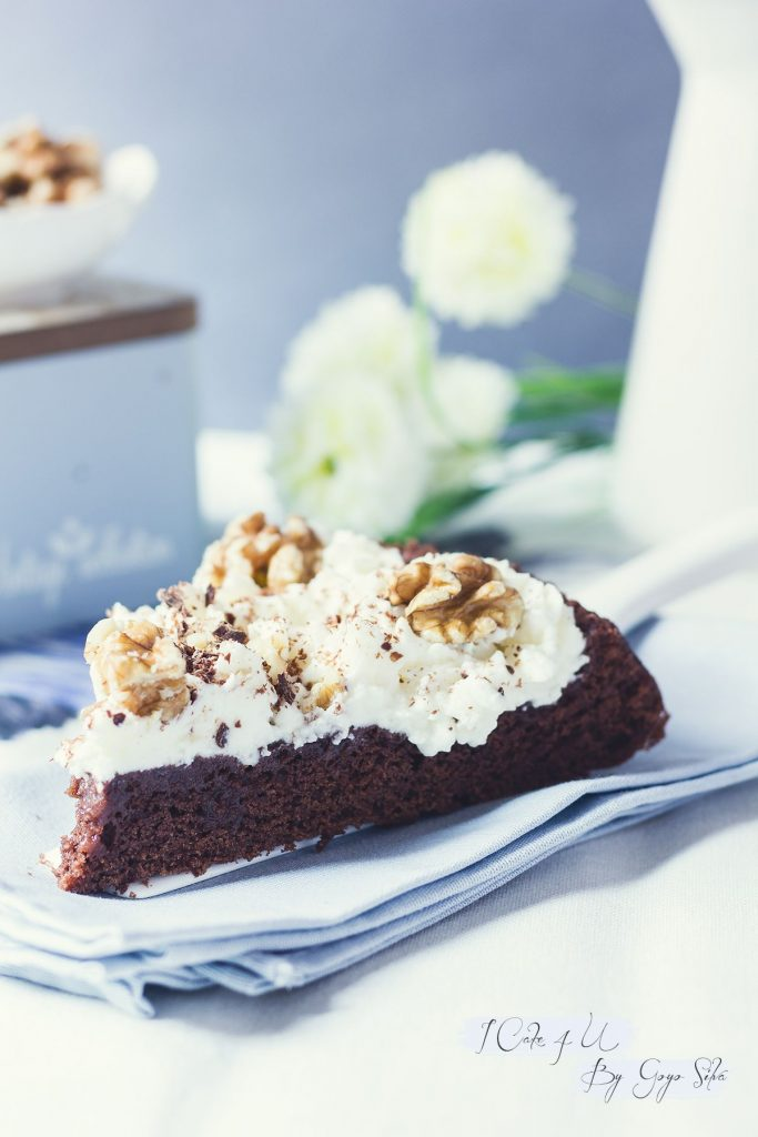 Pastel de Chocolate y Mahonesa con Nata y Nueces